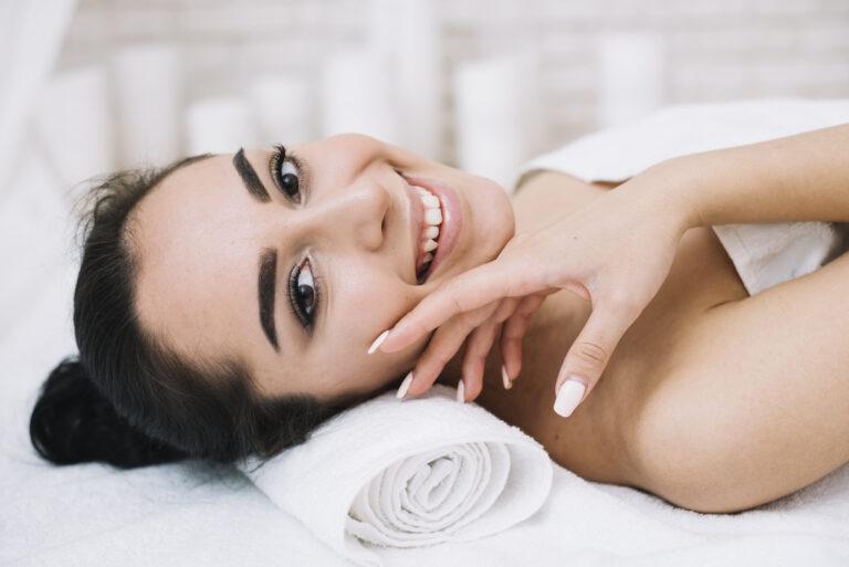 kobieta masaz twarzy tiande.center 768x513 - MŁODOŚĆ 3D-CZYLI JAK POZBYĆ SIĘ ZMARSZCZEK, CELULLITU I WSZYSTKICH INNYCH NIEDOSKONAŁOŚCI!