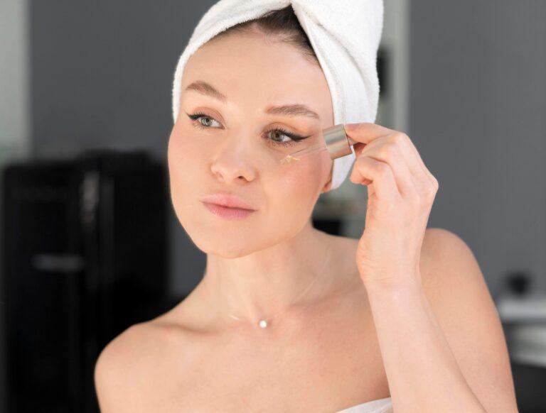 stosowanie serum piękna twarz kobieta